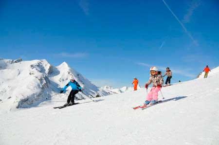 Спуск на лыжах с горы