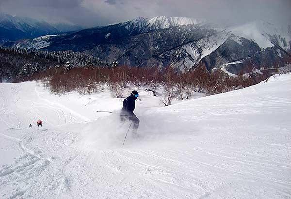 Спуск по горнолыжной трассе